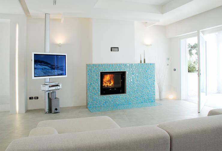 Villa TiMe - soggiorno con camino: Soggiorno in stile  di DEFPOINT STUDIO   architettura  &  interni