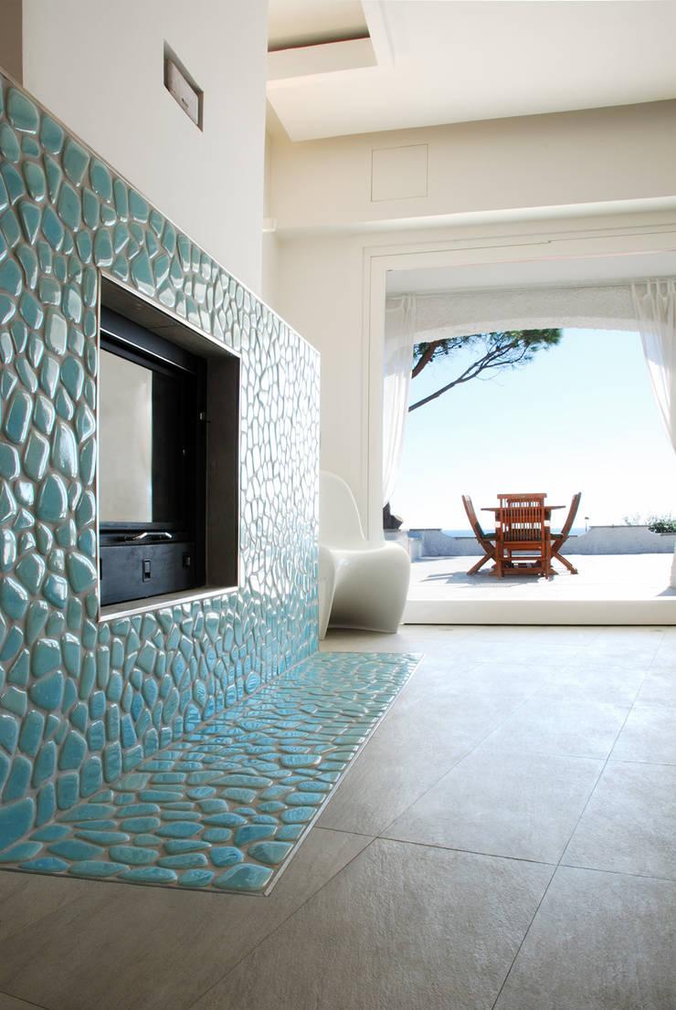 Villa TiMe - camino e vista: Soggiorno in stile  di DEFPOINT STUDIO   architettura  &  interni