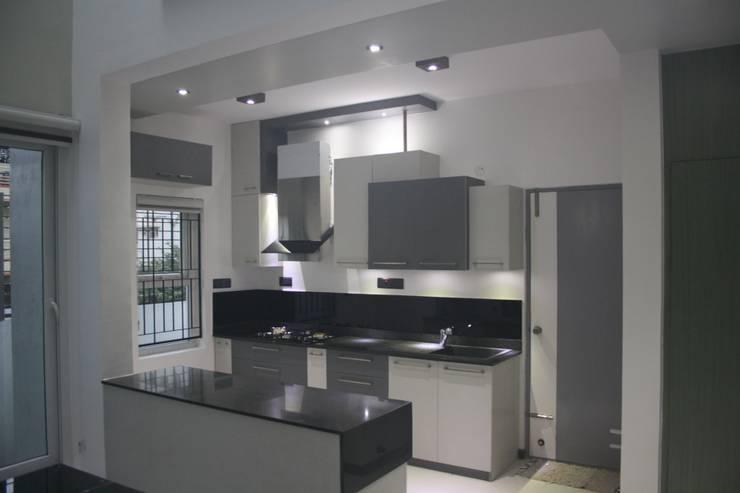 Kitchen:  Houses by Ashwin Architects
