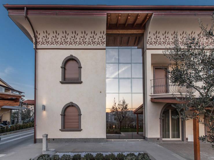 UNA CLASSICA ATMOSFERA: Casa in stile  di StudioG