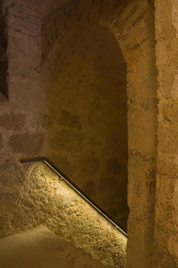 Iluminación escaleras:  de estilo  de Balaguer I Vicén arquitectos