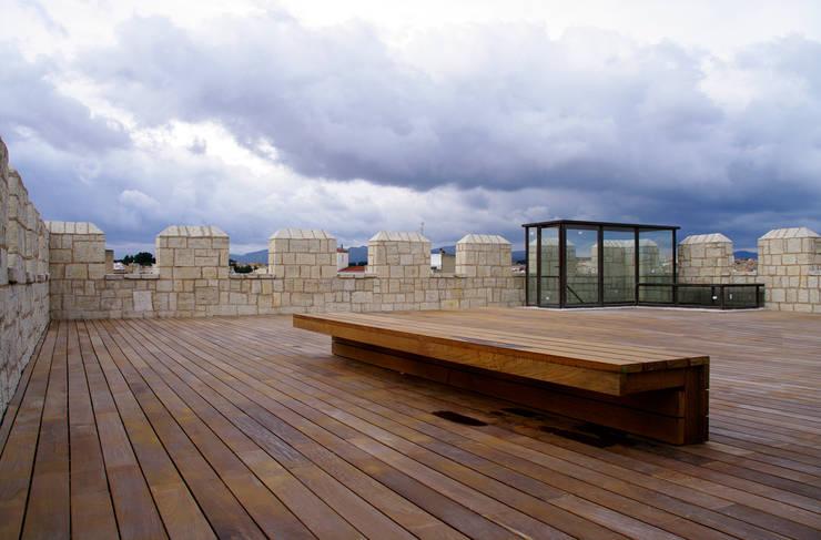 Azotea de la torre  - Mirador sobre la villa:  de estilo  de Balaguer I Vicén arquitectos