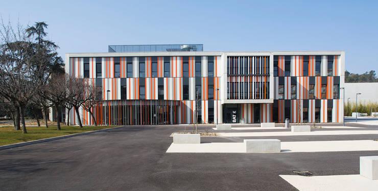 Restructuration et extension du Lycée Albert Einstein à Bagnols-sur-Cèze – Associé à François Privat, Architecte: Ecoles de style  par NBJ Architectes
