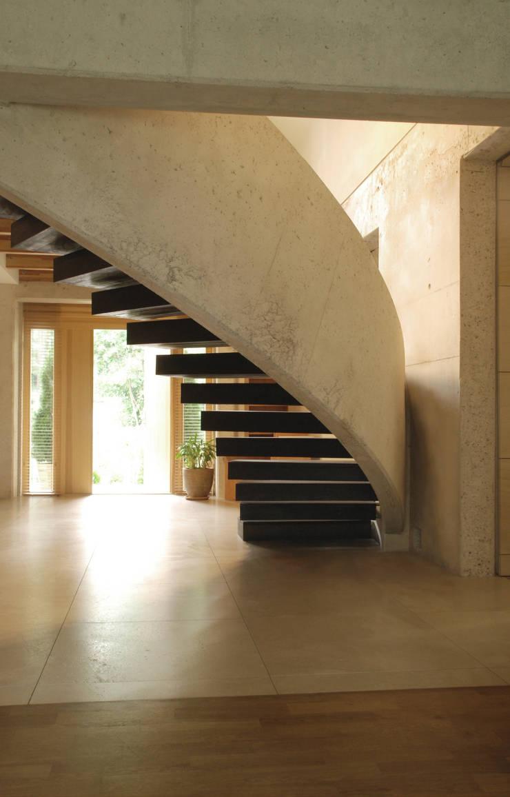 Dom Olsztyn : styl , w kategorii Korytarz, przedpokój zaprojektowany przez CAA ARCHITEKCI,