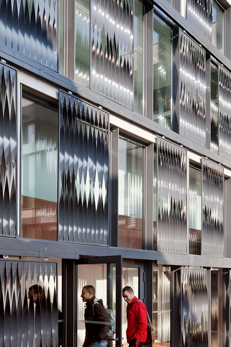 Restructuration et extension du Lycée Albert Einstein à Bagnols-sur-Cèze - Associé à François Privat, Architecte: Ecoles de style  par NBJ Architectes