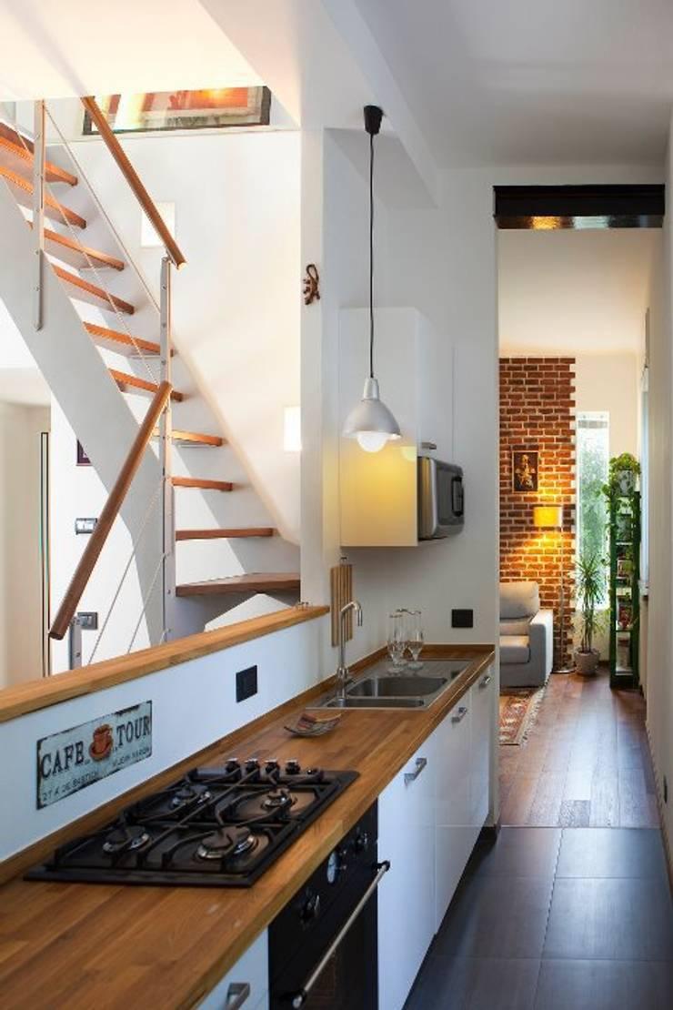 Cucina e soggiorno: Cucina in stile  di INNOVATEDESIGN®s.a.s. di Eleonora Raiteri,