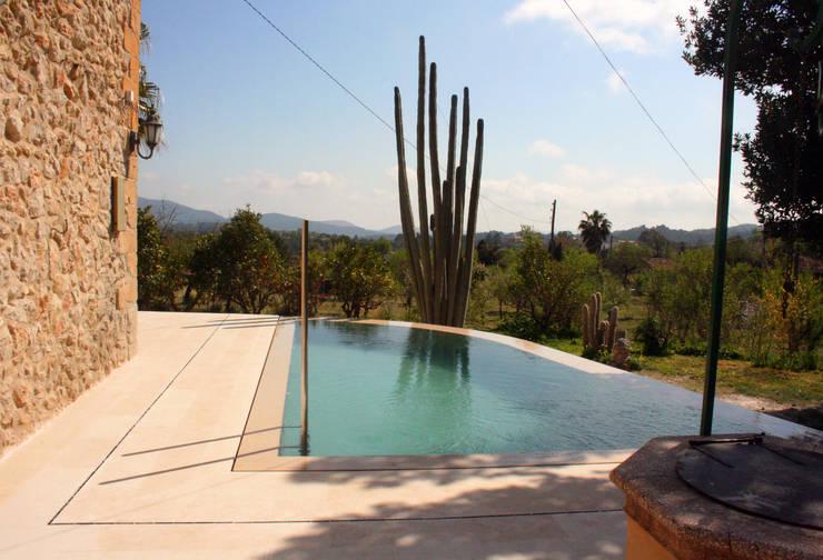 Piscina en Capdella, Mallorca: Piscinas de estilo  de Joan Miquel Segui Arquitecte
