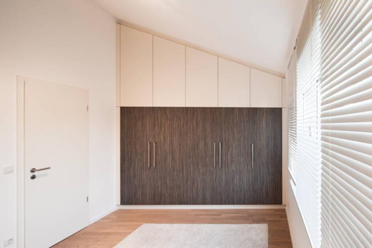 Einbauschrank in Zebrano: moderne Schlafzimmer von deinSchrank.de GmbH