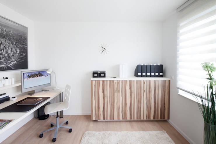Büroschrank in zwei Dekoren: moderne Schlafzimmer von deinSchrank.de GmbH