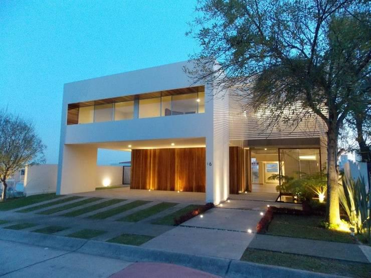 FRAILES: Casas de estilo  por DA:HAUS