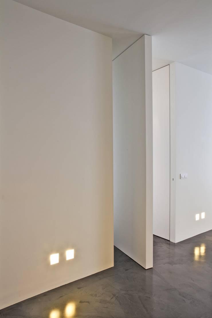 A Montecarlo, come una galleria d'arte vista mare Ristrutturazione di una residenza privata:  in stile  di FEDERICO DEL ROSSO