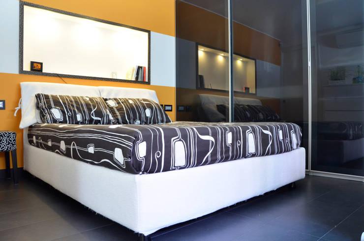 villetta unifamiliare in periferia di milano: Camera da letto in stile  di BIANCOACOLORI