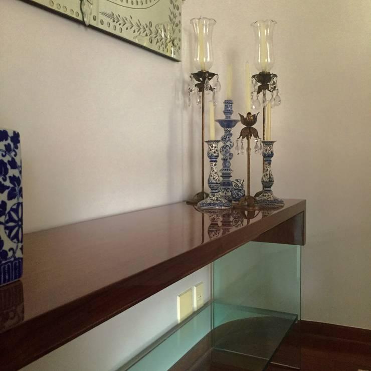 Apartamento clássico em São Paulo: Sala de jantar  por Kika Prata Arquitetura e Interiores.