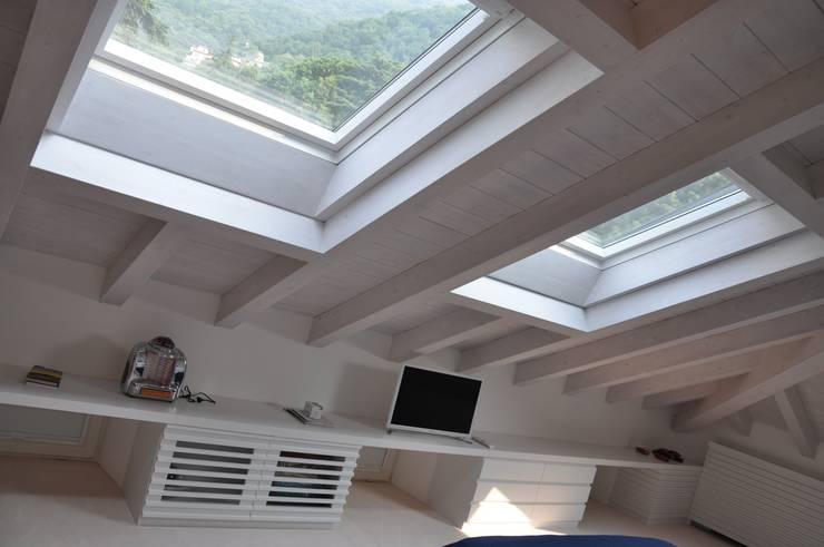 Ristrutturazione ed interior design sottotetto: Camera da letto in stile  di F_Studio+ dell'Arch. Davide Friso