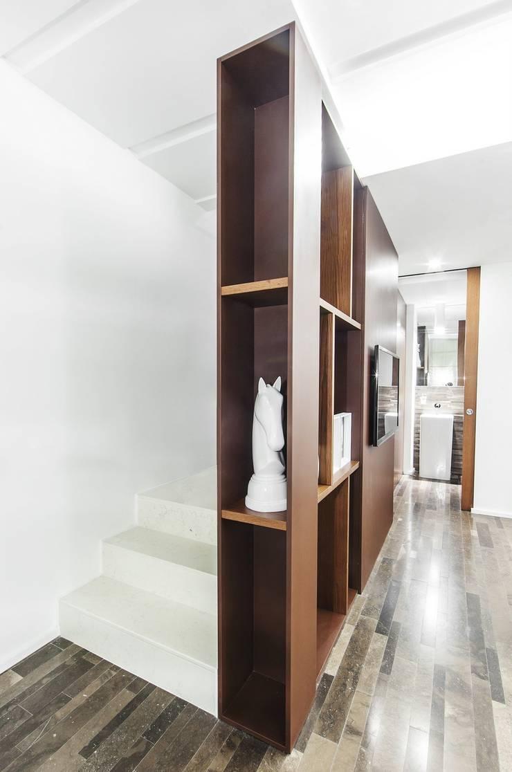CONTENITORE SCALA: Ingresso & Corridoio in stile  di Andrea Stortoni Architetto