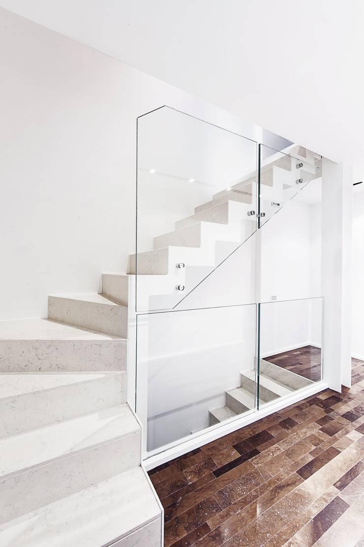 SCALA INTERNA: Ingresso & Corridoio in stile  di Andrea Stortoni Architetto