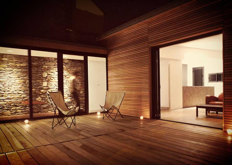 // Extension d'une maison nantaise: Salon de style  par Gaspar. Architecture et Design