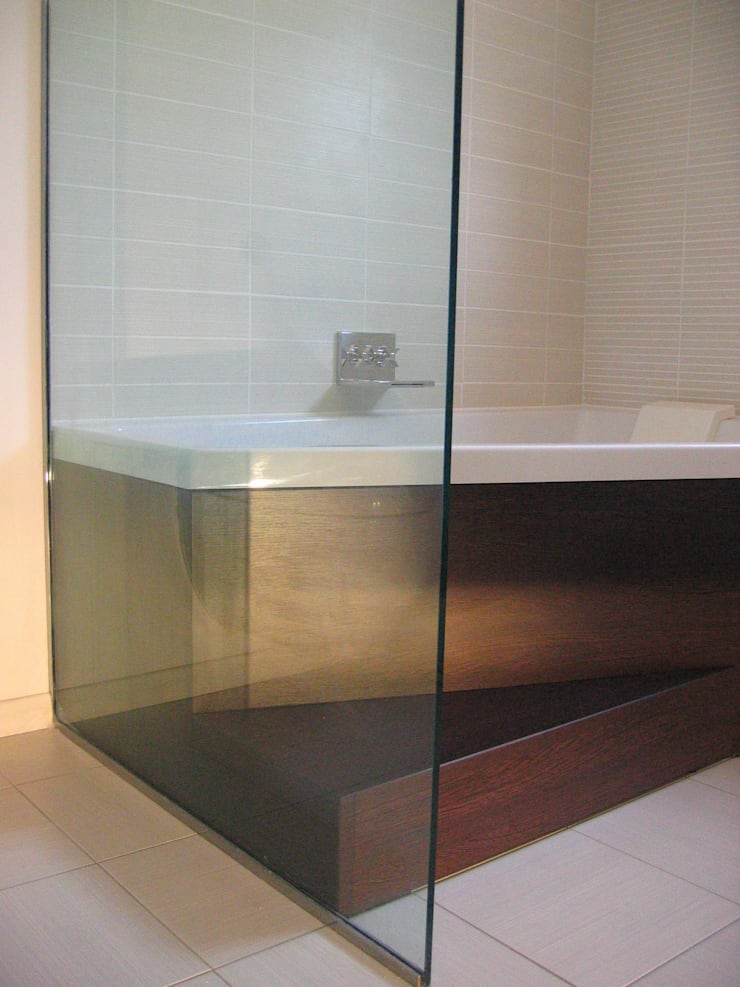luxury bathroom:  Bathroom by in and out design