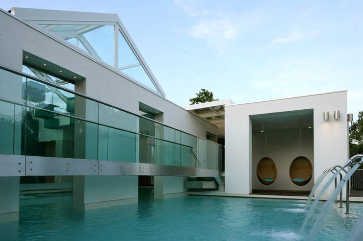 W10 Leisure Building: Spazi commerciali in stile  di Studio15 Design, Moderno