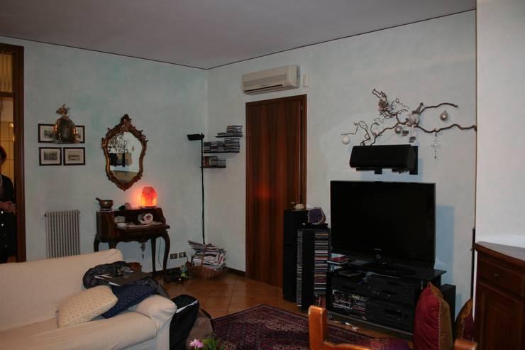 La zona salotto, prima:  in stile  di STUDIO PAOLA FAVRETTO SAGL - INTERIOR DESIGNER