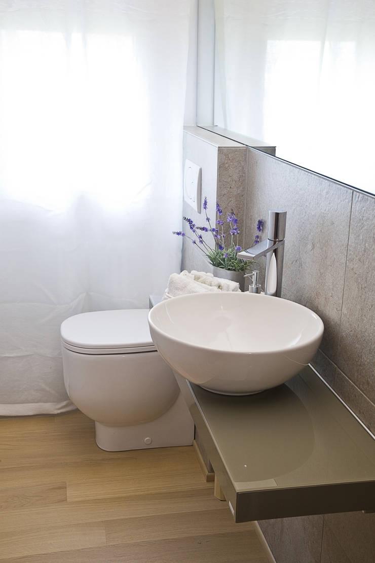 Il bagno di servizio, dopo: Bagno in stile  di STUDIO PAOLA FAVRETTO SAGL - INTERIOR DESIGNER
