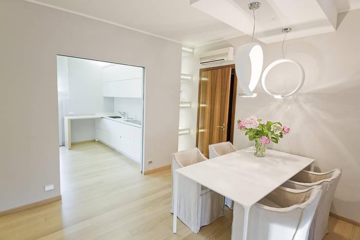 La zona salotto ospita la zona pranzo, dopo: Sala da pranzo in stile  di STUDIO PAOLA FAVRETTO SAGL - INTERIOR DESIGNER