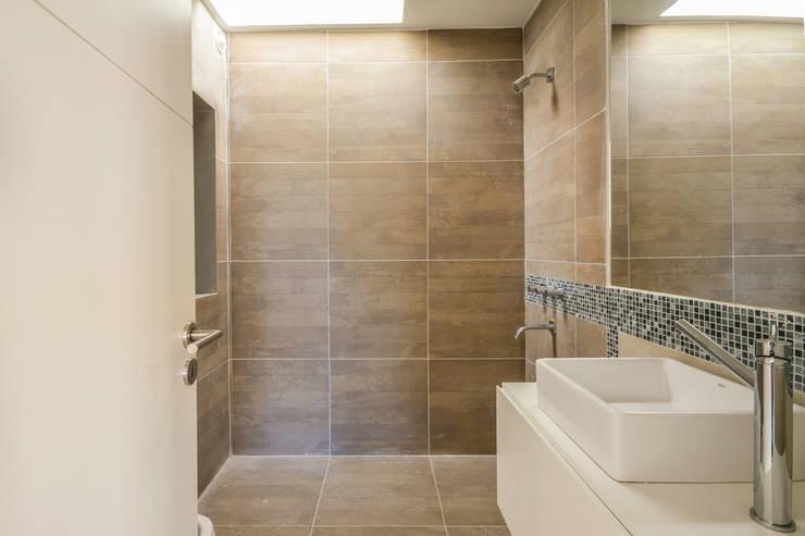 CASAS ADOSADAS: Baños de estilo moderno por Estudio A+3