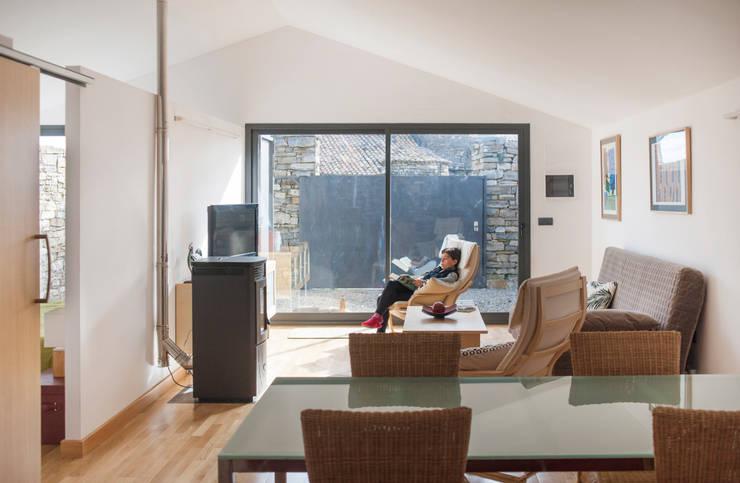 Salas de estar modernas por DMP arquitectura