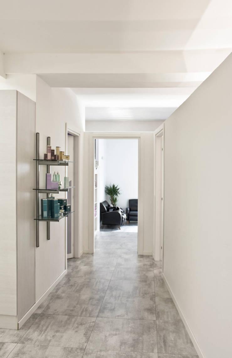 Corridoio di accesso alle cabine massaggi :  in stile  di BRENSO Architecture & Design, Minimalista