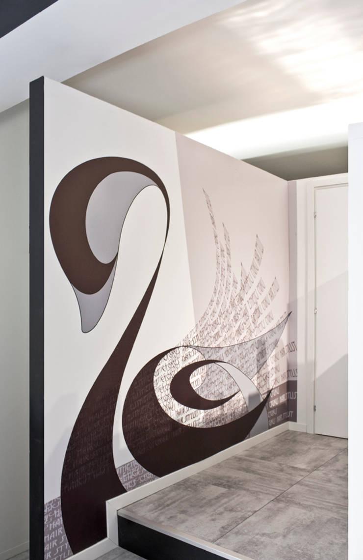 Grafiche nella sala attesa:  in stile  di BRENSO Architecture & Design, Minimalista