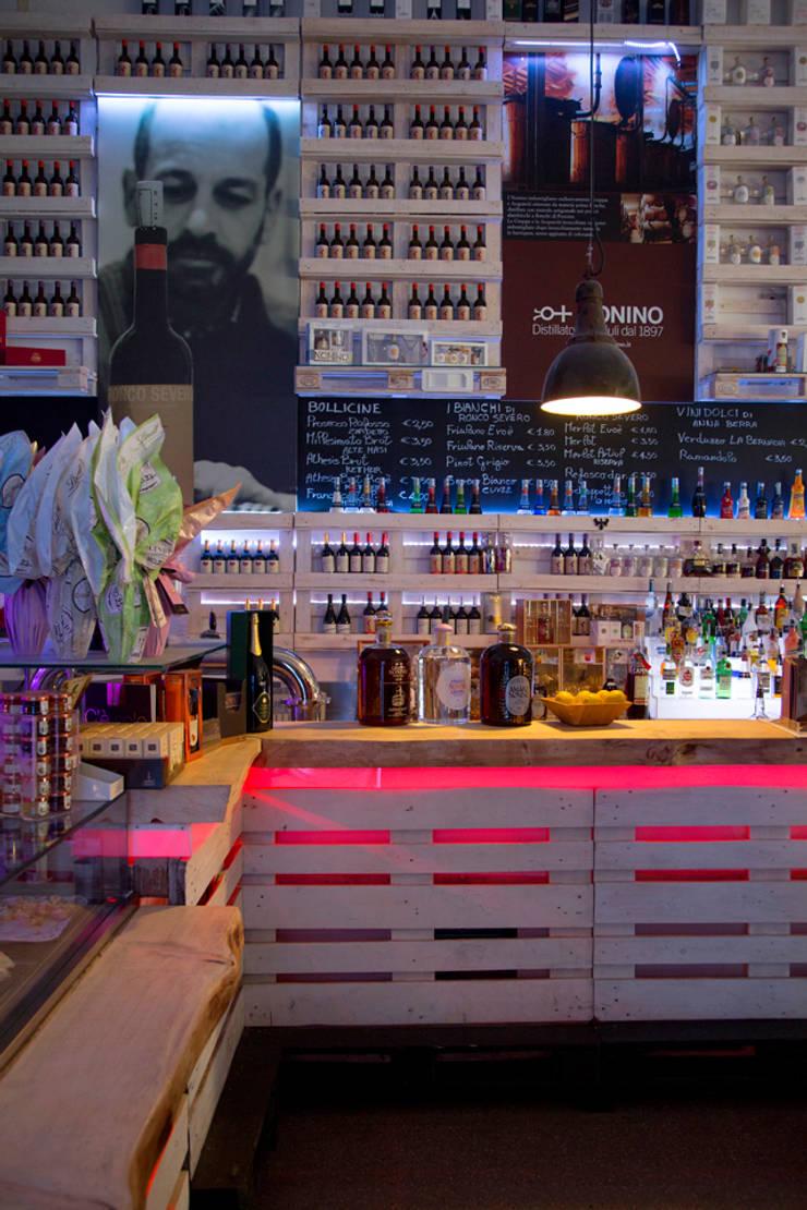 Locales gastronómicos de estilo  de BRENSO Architecture & Design,