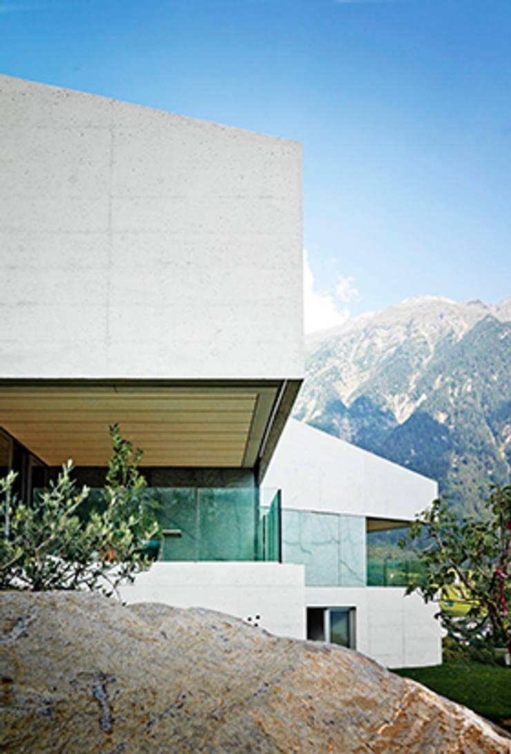 Cà Janus:  in stile  di Buzzi studio d'architettura,