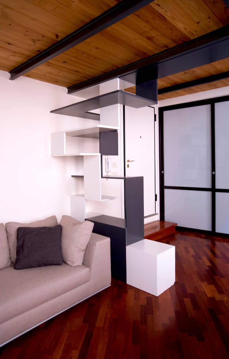 Twin Waves: Ingresso, Corridoio & Scale in stile  di BRENSO Architecture & Design