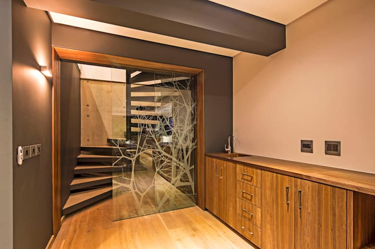 Albizia House:  Corridor & hallway by Metropole Architects - South Africa
