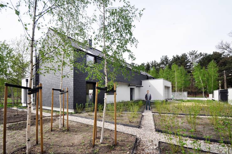 dom kryty łupkiem: styl , w kategorii Domy zaprojektowany przez Libido Architekci,Minimalistyczny