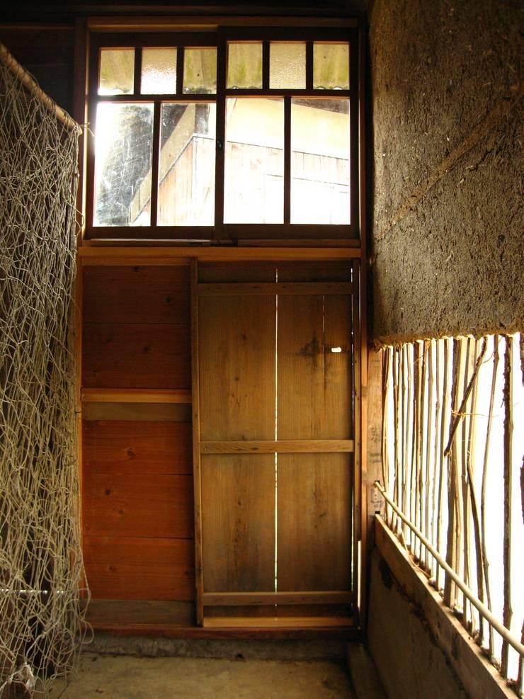 隠鶏庵: 高原正伸建築設計事務所 一級建築士事務所が手掛けた和室です。,