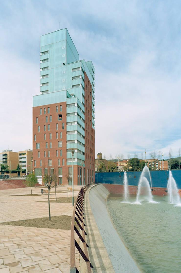 Torre sostenible de viviendas Urrutia: Hogar de estilo  de Arriola & Fiol Arquitectes