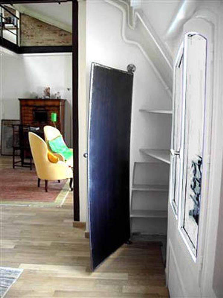 PORTE EN ACIER SUR PIVOT: Maison de style  par ATELIER MACHLINE