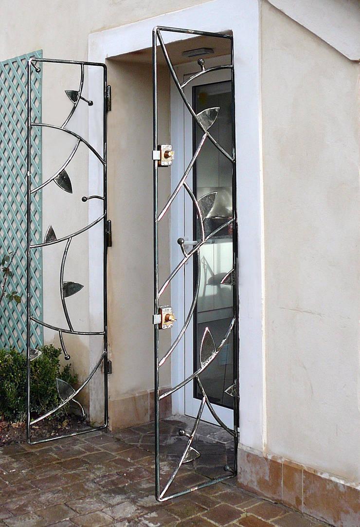 Portillons en acier: Jardin de style  par ATELIER MACHLINE
