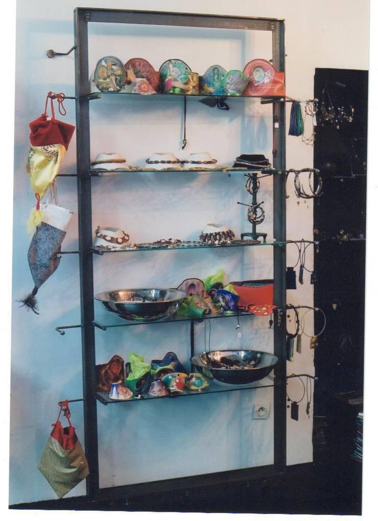 Création d'une étagère à bijoux. Paris le Marais.: Locaux commerciaux & Magasins de style  par ATELIER MACHLINE