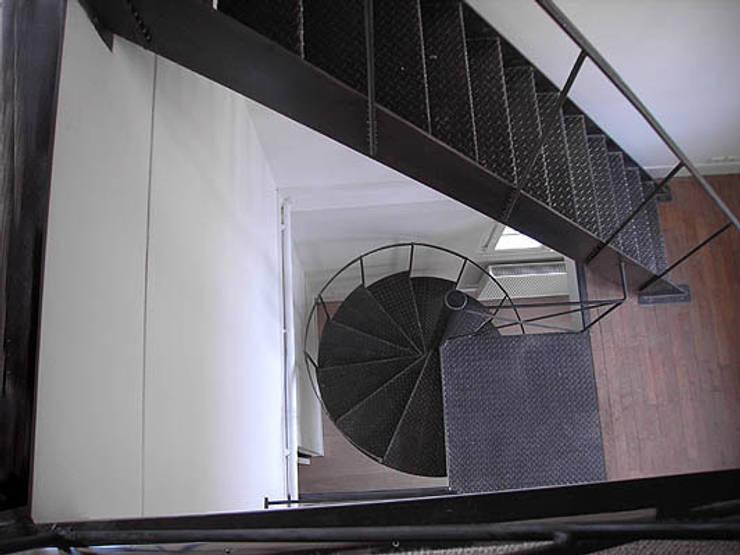 Escalier hélicoïdal en acier.: Escalier de style  par ATELIER MACHLINE