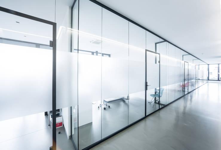 Praxis: moderne Fenster & Tür von quint-it DEUTSCHLAND GMBH