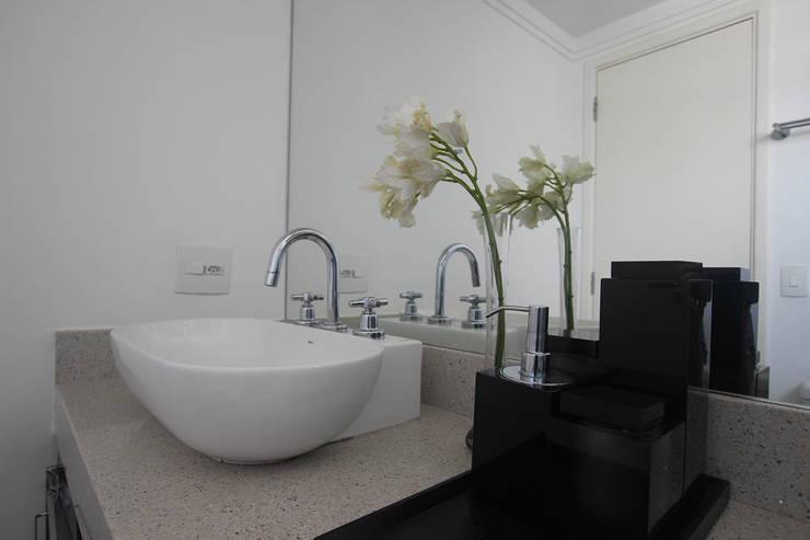 Residência Eusébio Stevaux Banheiros modernos por Ana Carolina Cardoso Arquitetura e Design Moderno