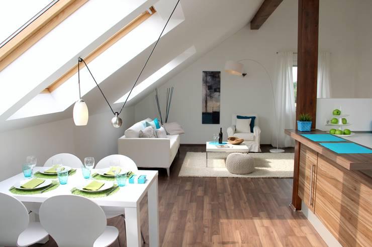 Wohn-Esszimmer mit Küche nach dem Staging :  Esszimmer von raumwerte Home Staging,Modern