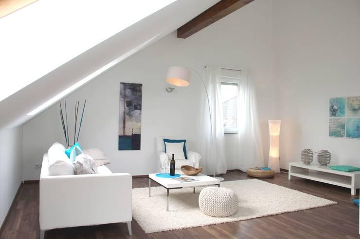 Home Staging leere Immobilie Maisonette-Wohnung:  Wohnzimmer von raumwerte Home Staging,Modern