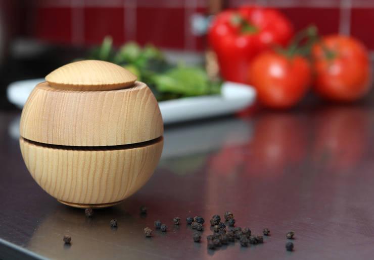 Gewürzmühle mit Scheibenmahlwerk: minimalistische Küche von Harris/Kohl Produktentwicklung