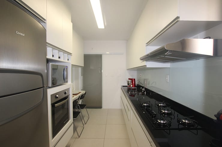 Kitchen by Ana Carolina Cardoso Arquitetura e Design,