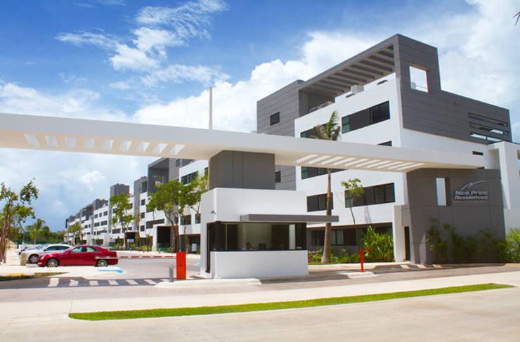 Acceso a la urbanización:  de estilo  de gs arquitectos