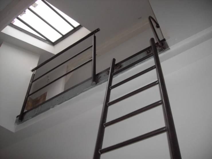 échelle en acier : Couloir, entrée, escaliers de style  par ATELIER MACHLINE