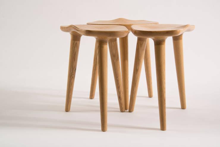 Bancos TAM: Salas de estilo minimalista por PECA